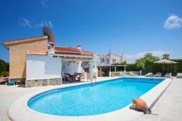 Бассейн. Испания, Сьюдад Кесада : Красивая и очень просторная вилла с 3 спальнями и 2 ванными комнатами с большим частным бассейном.