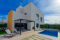 Вид на виллу/дом снаружи. Испания, Сьюдад Кесада : Совершенно новая вилла с 3 спальнями и 2 ванными с собственным бассейном, расположенная менее чем в 10 минутах ходьбы от центра Сьюдад Кесада.