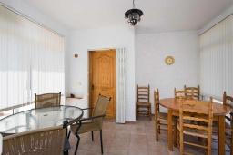 Обеденная зона. Испания, Сьюдад Кесада : Прекрасная отдельная вилла с большим частным бассейном, 3 спальнями и 2 ванными комнатами, расположенная в небольшом городке Сьюдад Кесада