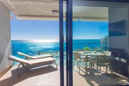 Вид на море. Испания, Пунта Прима : Замечательные современные апартаменты на набережной, с 2 спальнями, 2 ванными комнатами, подземной парковкой и общим бассейном на территории комплекса