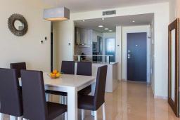 Гостиная / Столовая. Испания, Пунта Прима : Замечательные современные апартаменты на набережной, с 2 спальнями, 2 ванными комнатами, подземной парковкой и общим бассейном на территории комплекса