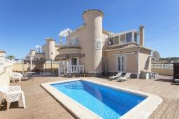 Вид на виллу/дом снаружи. Испания, Сьюдад Кесада : Прекрасная частная, отдельно стоящая вилла с 3 спальнями и собственным бассейном, в тихом районе, но всего в 10 минутах ходьбы от центра города Кесада.