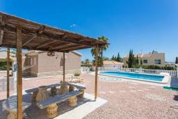 Беседка. Испания, Сьюдад Кесада : Фантастическая отдельная вилла с большим частным бассейном и просторной территорией с пальмами, расположенная в тихом эксклюзивном районе.