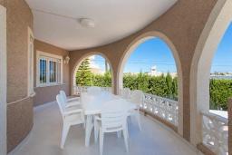 Терраса. Испания, Сьюдад Кесада : Фантастическая отдельная вилла с большим частным бассейном и просторной территорией с пальмами, расположенная в тихом эксклюзивном районе.