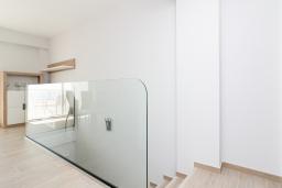 Лестница наверх. Испания, Альмуньекар : Замечательные двухуровневые апартаменты на берегу моря в центре Альмуньекара, 3 спальни, 2 ванные комнаты, Wi-Fi.