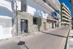 Вход. Испания, Альмуньекар : Замечательные двухуровневые апартаменты на берегу моря в центре Альмуньекара, 3 спальни, 2 ванные комнаты, Wi-Fi.