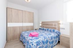 Спальня 2. Испания, Альмуньекар : Замечательные двухуровневые апартаменты на берегу моря в центре Альмуньекара, 3 спальни, 2 ванные комнаты, Wi-Fi.