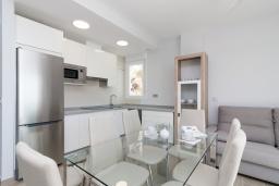 Гостиная / Столовая. Испания, Альмуньекар : Замечательные двухуровневые апартаменты на берегу моря в центре Альмуньекара, 3 спальни, 2 ванные комнаты, Wi-Fi.