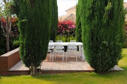 Патио. Испания, Эстепона : Сказочная вилла с частным бассейном, собственной парковкой, зеленым садом с барбекю в урбанизации El Paraiso Medio в городе Эстепона, в 1,2 км от пляжа Эль-Саладильо и в 2,5 км от пляжа Сан-Педро, 4 спальни, 4 ванные комнаты, Wi-Fi.