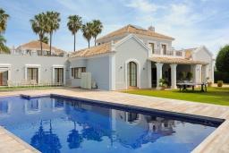 Фасад дома. Испания, Эстепона : Сказочная вилла с частным бассейном, собственной парковкой, зеленым садом с барбекю в урбанизации El Paraiso Medio в городе Эстепона, в 1,2 км от пляжа Эль-Саладильо и в 2,5 км от пляжа Сан-Педро, 4 спальни, 4 ванные комнаты, Wi-Fi.