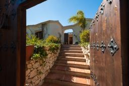 Вход. Испания, Михас-Коста : Очаровательная семейная вилла с частным бассейном, садом с барбекю и камином на склоне Михаса, в 10 минутах езды на автомобиле от набережной Фуэнхиролы, 4 спальни, 4 ванные комнаты, Wi-Fi.