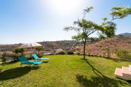 Территория. Испания, Ринкон де ла Виктория : Просторный двухэтажный дом для отдыха с подвалом, бассейном, садом и открытой парковкой рядом с полем для гольфа Aoreta  и в 5 минутах езды от пляжа Ринкон-де-ла-Виктория, 5 спален, 3 ванные комнаты, Wi-Fi.