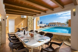 Терраса. Испания, Кальпе : Эксклюзивная просторная вилла расположенная в Кальпе, с современным интерьером, с частным бассейном, с захватывающим открытым панорамным видом на море и побережье
