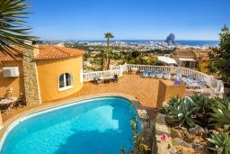 Бассейн. Испания, Кальпе : Эксклюзивная просторная вилла расположенная в Кальпе, с современным интерьером, с частным бассейном, с захватывающим открытым панорамным видом на море и побережье