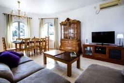 Гостиная / Столовая. Испания, Кальпе : Эксклюзивная просторная вилла расположенная в Кальпе, с современным интерьером, с частным бассейном, с захватывающим открытым панорамным видом на море и побережье