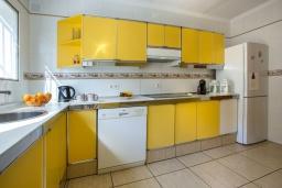 Кухня. Испания, Кальпе : Эксклюзивная просторная вилла расположенная в Кальпе, с современным интерьером, с частным бассейном, с захватывающим открытым панорамным видом на море и побережье