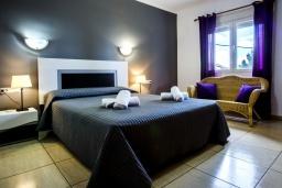 Спальня. Испания, Кальпе : Эксклюзивная просторная вилла расположенная в Кальпе, с современным интерьером, с частным бассейном, с захватывающим открытым панорамным видом на море и побережье