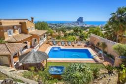 Вид на виллу/дом снаружи. Испания, Кальпе : Очень хорошая вилла на двух этажах, с видом на море, 6 спален с большими террасами, красивыми садами и большим частным бассейном, с захватывающим видом на Пеньон-де-Ифач и море.