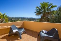 Терраса. Испания, Кальпе : Очень хорошая вилла на двух этажах, с видом на море, 6 спален с большими террасами, красивыми садами и большим частным бассейном, с захватывающим видом на Пеньон-де-Ифач и море.