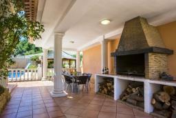 Зона барбекю / Мангал. Испания, Кальпе : Очень хорошая вилла на двух этажах, с видом на море, 6 спален с большими террасами, красивыми садами и большим частным бассейном, с захватывающим видом на Пеньон-де-Ифач и море.