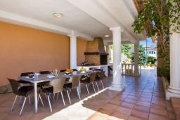 Обеденная зона. Испания, Кальпе : Очень хорошая вилла на двух этажах, с видом на море, 6 спален с большими террасами, красивыми садами и большим частным бассейном, с захватывающим видом на Пеньон-де-Ифач и море.