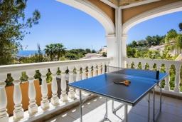 Развлечения и отдых на вилле. Испания, Кальпе : Очень хорошая вилла на двух этажах, с видом на море, 6 спален с большими террасами, красивыми садами и большим частным бассейном, с захватывающим видом на Пеньон-де-Ифач и море.