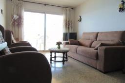Гостиная / Столовая. Испания, Кальпе : Апартаменты на первой линии моря в Кальпе с потрясающим видом на море, всего в 100 метрах от пляжа Леванте.