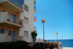 Вид на виллу/дом снаружи. Испания, Кальпе : Апартаменты на первой линии моря в Кальпе с потрясающим видом на море, всего в 100 метрах от пляжа Леванте.
