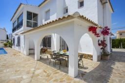 Вид на виллу/дом снаружи. Испания, Аларо : Светлая, комфортабельная вилла со всеми удобствами, с спальнями, 4 ванными комнатами, частным бассейном и парковкой