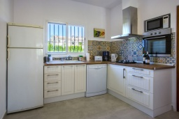 Кухня. Испания, Аларо : Светлая, комфортабельная вилла со всеми удобствами, с спальнями, 4 ванными комнатами, частным бассейном и парковкой