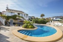 Бассейн. Испания, Кальпе : Замечательный дом для отдыха, недалеко от пляжа и Кальпе, с 3 спальнями, 2 ванными комнатами и частным бассейном с шезлонгами