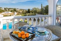 Терраса. Испания, Кальпе : Замечательный дом для отдыха, недалеко от пляжа и Кальпе, с 3 спальнями, 2 ванными комнатами и частным бассейном с шезлонгами
