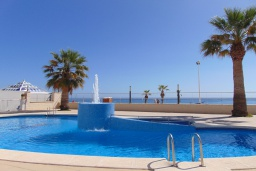 Бассейн. Испания, Кальпе : Очаровательная квартира, с современным интерьером и техникой, расположенная на пляже Плайя Леванте, с 1 спальней, 1 ванной комнатой и общим бассейном на территории комплекса