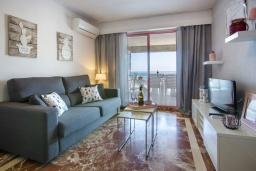 Гостиная / Столовая. Испания, Кальпе : Очаровательная квартира, с современным интерьером и техникой, расположенная на пляже Плайя Леванте, с 1 спальней, 1 ванной комнатой и общим бассейном на территории комплекса
