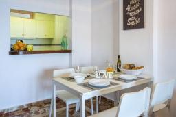 Обеденная зона. Испания, Кальпе : Очаровательная квартира, с современным интерьером и техникой, расположенная на пляже Плайя Леванте, с 1 спальней, 1 ванной комнатой и общим бассейном на территории комплекса