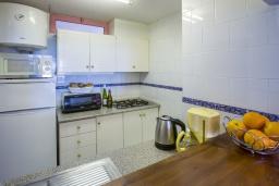 Кухня. Испания, Кальпе : Очаровательная квартира, с современным интерьером и техникой, расположенная на пляже Плайя Леванте, с 1 спальней, 1 ванной комнатой и общим бассейном на территории комплекса