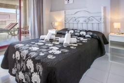 Спальня. Испания, Кальпе : Очаровательная квартира, с современным интерьером и техникой, расположенная на пляже Плайя Леванте, с 1 спальней, 1 ванной комнатой и общим бассейном на территории комплекса