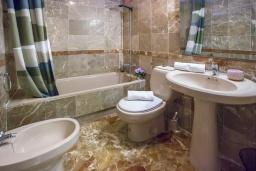 Ванная комната. Испания, Кальпе : Очаровательная квартира, с современным интерьером и техникой, расположенная на пляже Плайя Леванте, с 1 спальней, 1 ванной комнатой и общим бассейном на территории комплекса