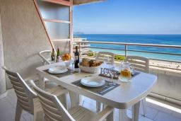 Терраса. Испания, Кальпе : Очаровательная квартира, с современным интерьером и техникой, расположенная на пляже Плайя Леванте, с 1 спальней, 1 ванной комнатой и общим бассейном на территории комплекса