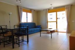 Гостиная / Столовая. Испания, Кальпе : Квартира с видом на море и общими бассейнами, в непосредственной близости от пляжа в Кальпе, с 2 спальнями и 2 ванными комнатами