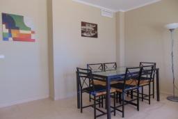 Обеденная зона. Испания, Кальпе : Квартира с видом на море и общими бассейнами, в непосредственной близости от пляжа в Кальпе, с 2 спальнями и 2 ванными комнатами
