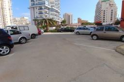 Парковка. Испания, Кальпе : Красивая квартира с современным интерьером, с видом на море и пеньон в Кальпе,  всего в 100 метрах от моря и пляжа.