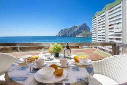 Вид на море. Испания, Кальпе : Красивая квартира с современным интерьером, с видом на море и пеньон в Кальпе,  всего в 100 метрах от моря и пляжа.