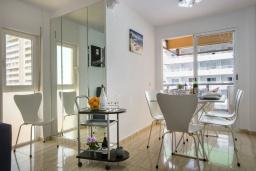 Гостиная / Столовая. Испания, Кальпе : Красивая квартира с современным интерьером, с видом на море и пеньон в Кальпе,  всего в 100 метрах от моря и пляжа.