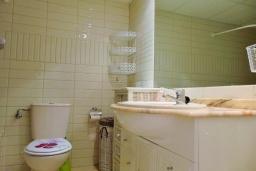 Ванная комната. Испания, Кальпе : Небольшая симпатичная квартира с уютным интерьером, не оставит Вас равнодушными, с 1 спальней, 1 ванной комнатой и потрясающим видом на море.