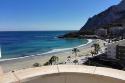 Вид на море. Испания, Кальпе : Квартира с 1 спальней и 1 ванной комнатой, большой террасой с видом на море и пляж , расположенная в Кальпе, на берегу пляжа Леванте.