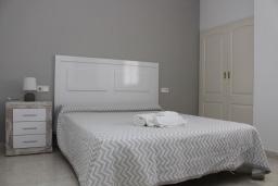 Спальня. Испания, Кальпе : Квартира с 1 спальней и 1 ванной комнатой, большой террасой с видом на море и пляж , расположенная в Кальпе, на берегу пляжа Леванте.