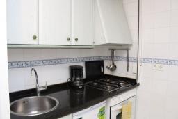 Кухня. Испания, Кальпе : Квартира с 1 спальней и 1 ванной комнатой, большой террасой с видом на море и пляж , расположенная в Кальпе, на берегу пляжа Леванте.