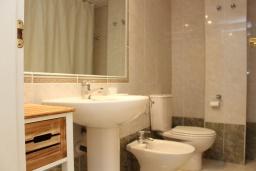 Ванная комната. Испания, Кальпе : Квартира с 1 спальней и 1 ванной комнатой, большой террасой с видом на море и пляж , расположенная в Кальпе, на берегу пляжа Леванте.