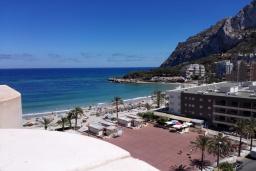 Вид на море. Испания, Кальпе : Комфортабельная 1 комнатная квартира с большой террасой  и с видом на море и пляж , расположенная в Кальпе, на берегу пляжа.